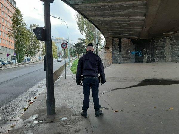 """Dans la zone de la Porte de la Chapelle, les policiers sont sur le qui-vive pour empêcher que des migrants réinstallent des """"campements illicites"""". Crédit : InfoMigrants"""