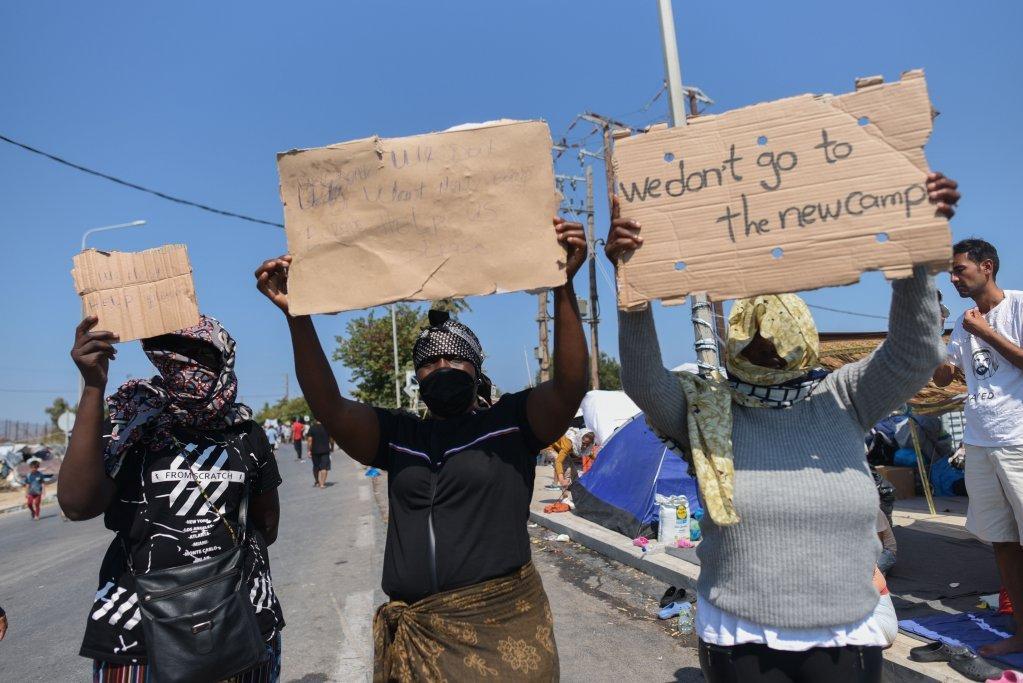 سه زن مهاجر افریقایی، ایرن(راست)، شانتل( مرکز) و فیفی ( چپ) بیشتر از یک سال را در موریا گذراندهاند و به هر قیمتی خواهان بیرون از جزیره لیسبوس هستند.  عکس از مهدی شبیل/مهاجر نیوز
