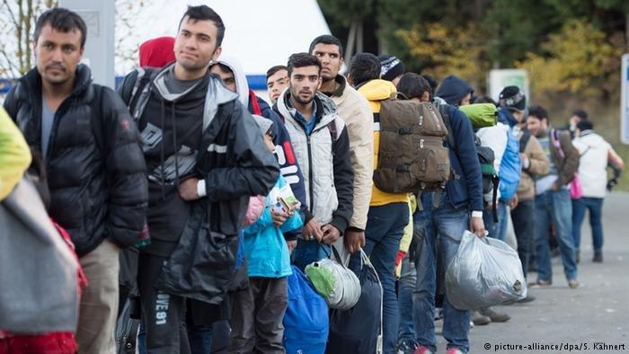 مهاجرون يعبرون الحدود بين النمسا وألمانيا عند بدء أزمة اللجوء
