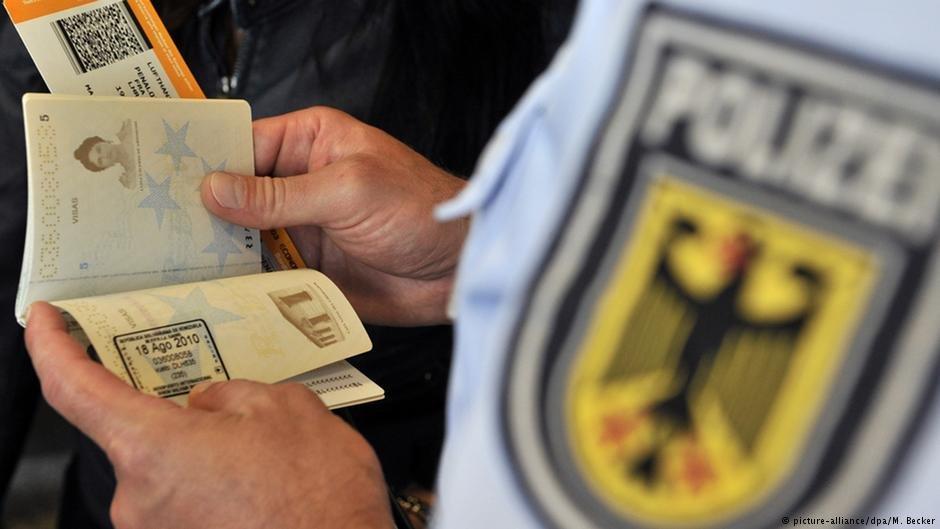 پولیس آلمان درحال کنترول پاسپورت