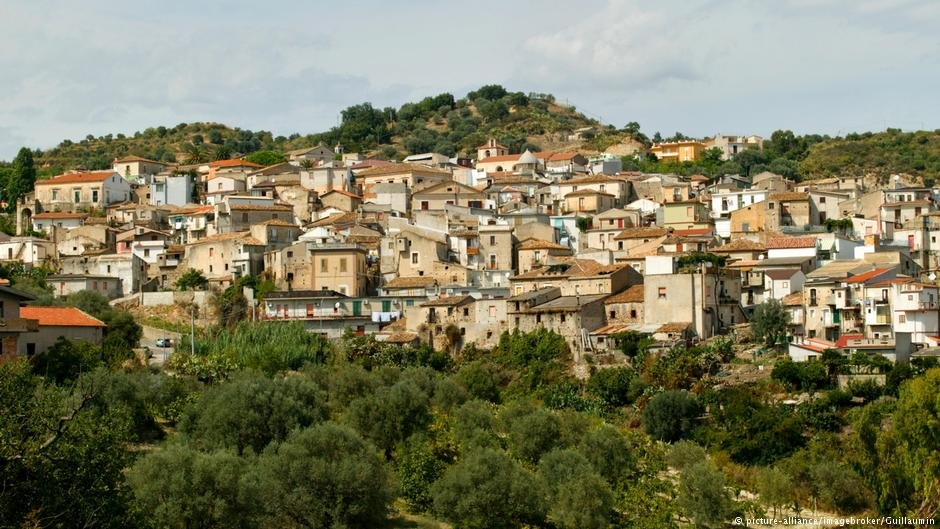 The town of Riace nestled on the Calabrian hillside | Photo: Picture Alliance / Imagebroker/ Guillaumin)