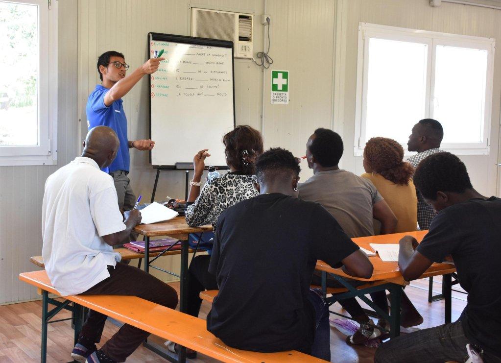 A0nsa / بعض المهاجرين أثناء درس لتعلم اللغة الإيطالية في مركز الاستقبال في مينيو بكاتانيا. المصدر: صورة أرشفية/ أنسا.
