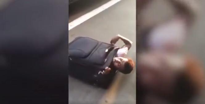 Capture d'écran de la vidéo amateur montrant un migrant caché dans une valise