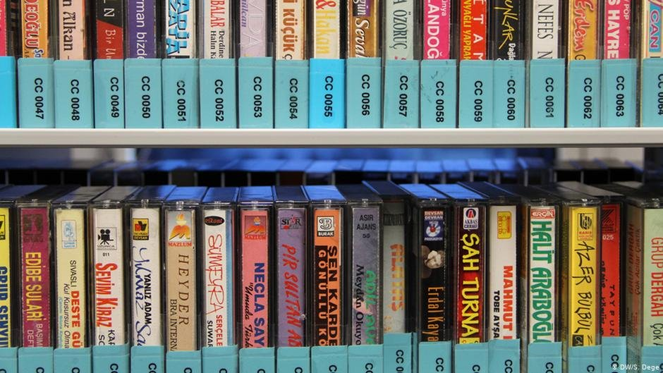 Musical memories from home: Part of the archive of the migration museum are musical cassettes | Photo: DW/S.Dege