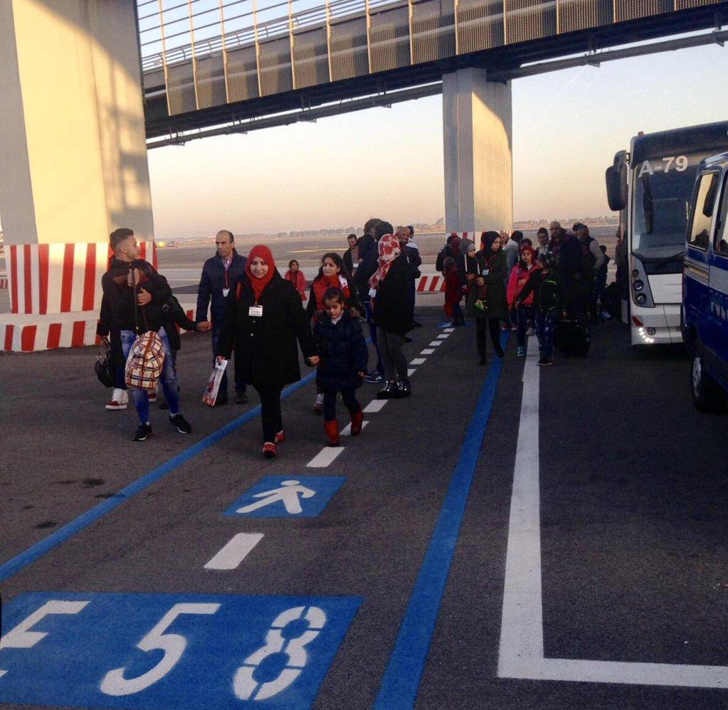 مجموعة من اللاجئين السوريين الذين وصلوا سابقا إلى مطار فيوميشينو في روما بفضل الممرات الإنسانية ANSA/ MICHELA SUGLIA