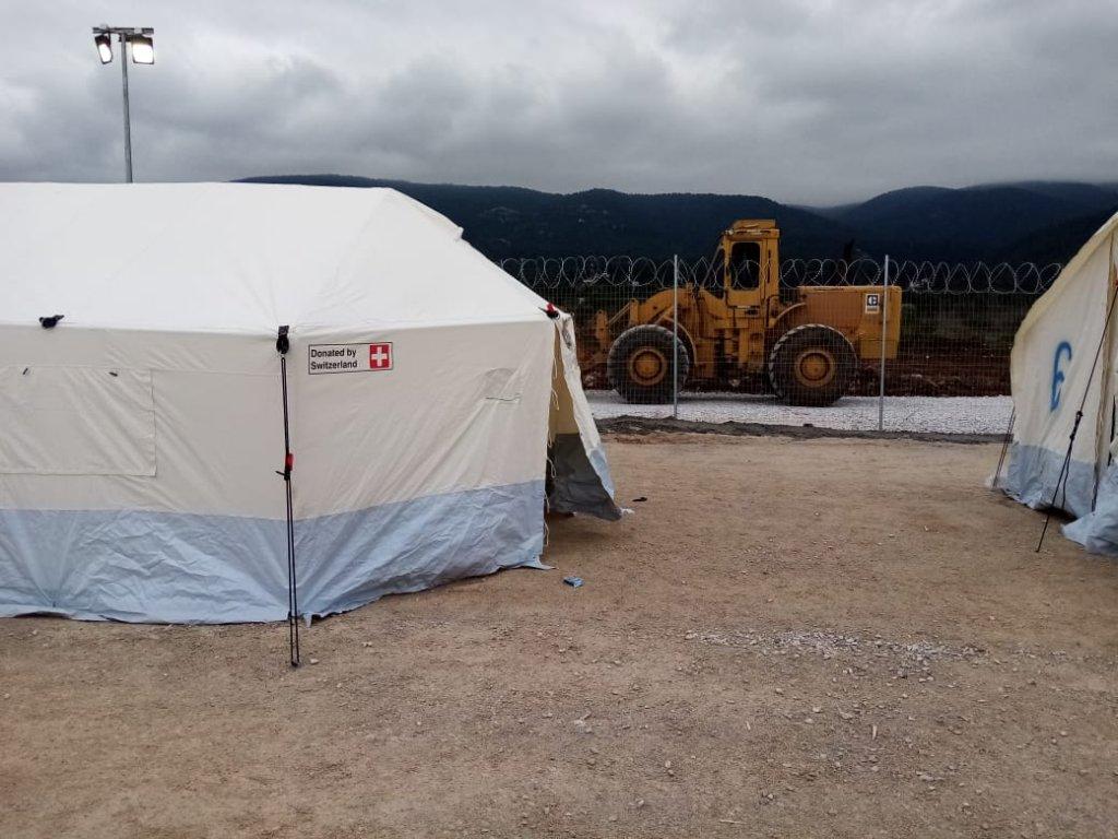 Le centre de Malakasa dans la rgion dAthnes est un terrain entour de grilles surmontes de fil de fer barbel sur lequel ont t plantes des tentes pouvant accueillir chacune une dizaine de personnes Crdit  DR