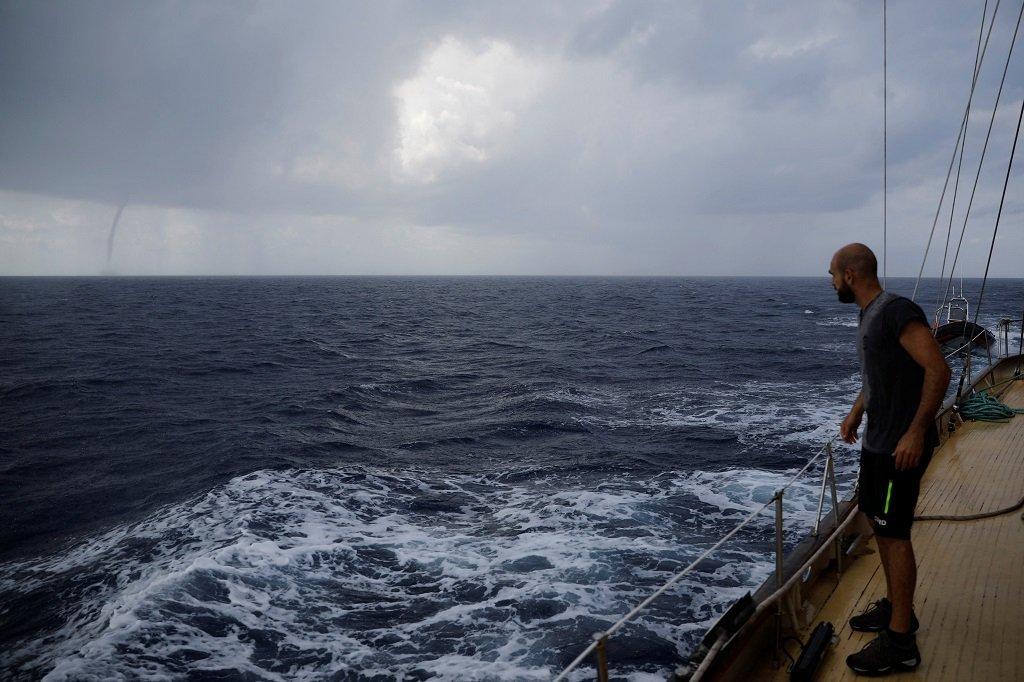 یکی از اعضای تیم کشتی «استرال» در دریای مدیترانه. عکس از: رویترز.