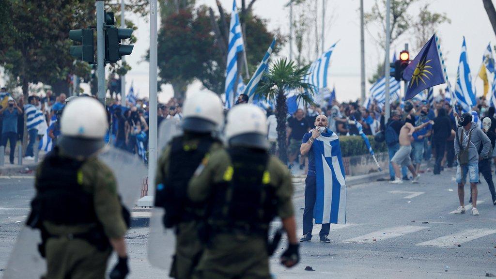متظاهرون من النقابة الشيوعية المنتسبة للشيوعية PAME يتواجهون مع الشرطة في سالونيك/رويترز