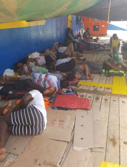 المهاجرون مستلقيون في السفينة جراء التعب/ مهاجر نيوز