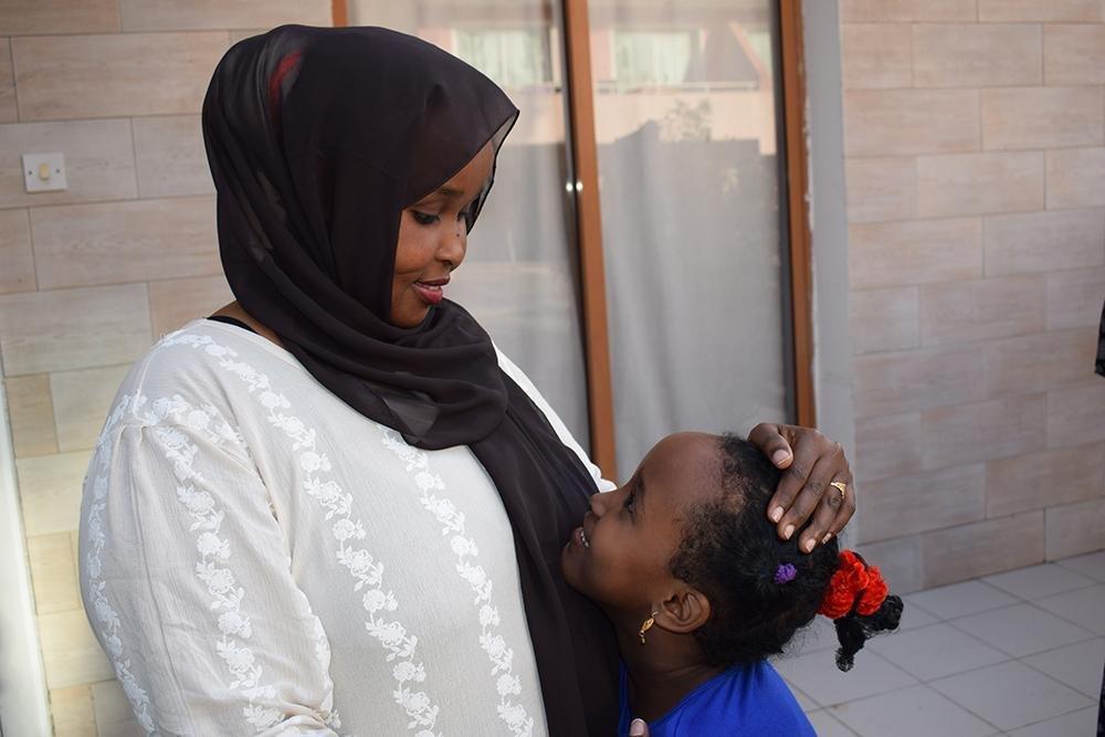 ANSA / سامية تجتمع مع ابنتها منار ( 6 سنوات ) في قبرص بعد انفصال دام 3 سنوات. المصدر / المنظمة الدولية للهجرة / ديمتريوس تساجالاس.