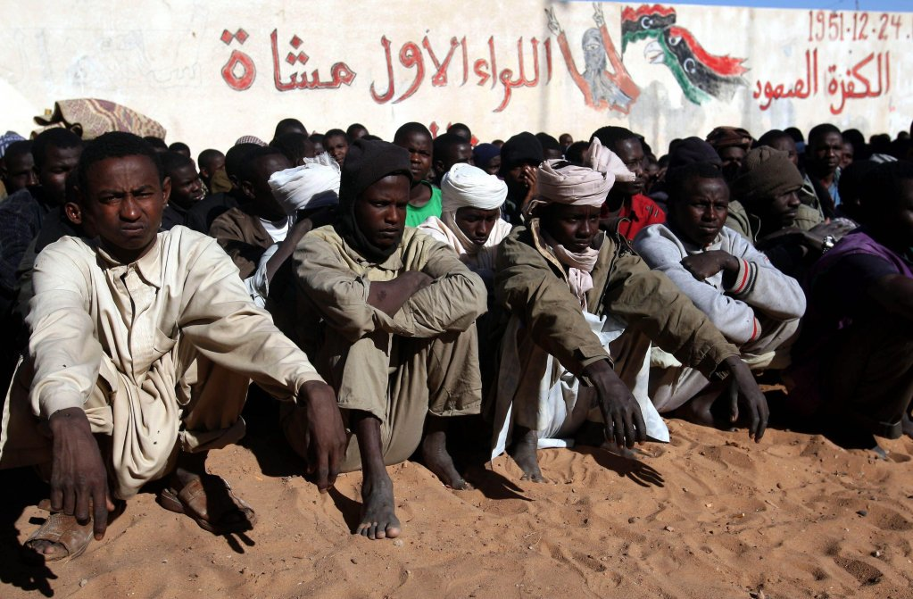 """ansa / عدد من المهاجرين الأفارقة في مدينة الكفرة جنوب شرق ليبيا. المصدر: """"إي بي إيه""""/ صبري المهداوي."""