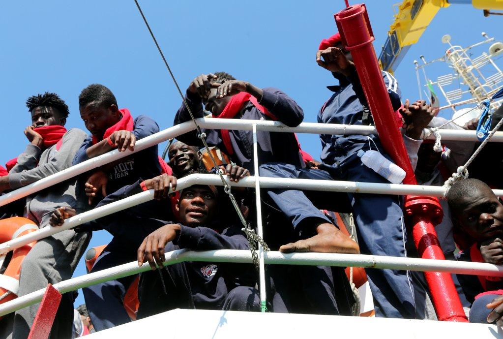 REUTERS/Stefano Rellandini  Des migrants à leur arrivée à Crotone, en Italie, après avoir été secouru par l'équipage de l'ONG Save the Children au large de la Libye, le 21 juin 2017.