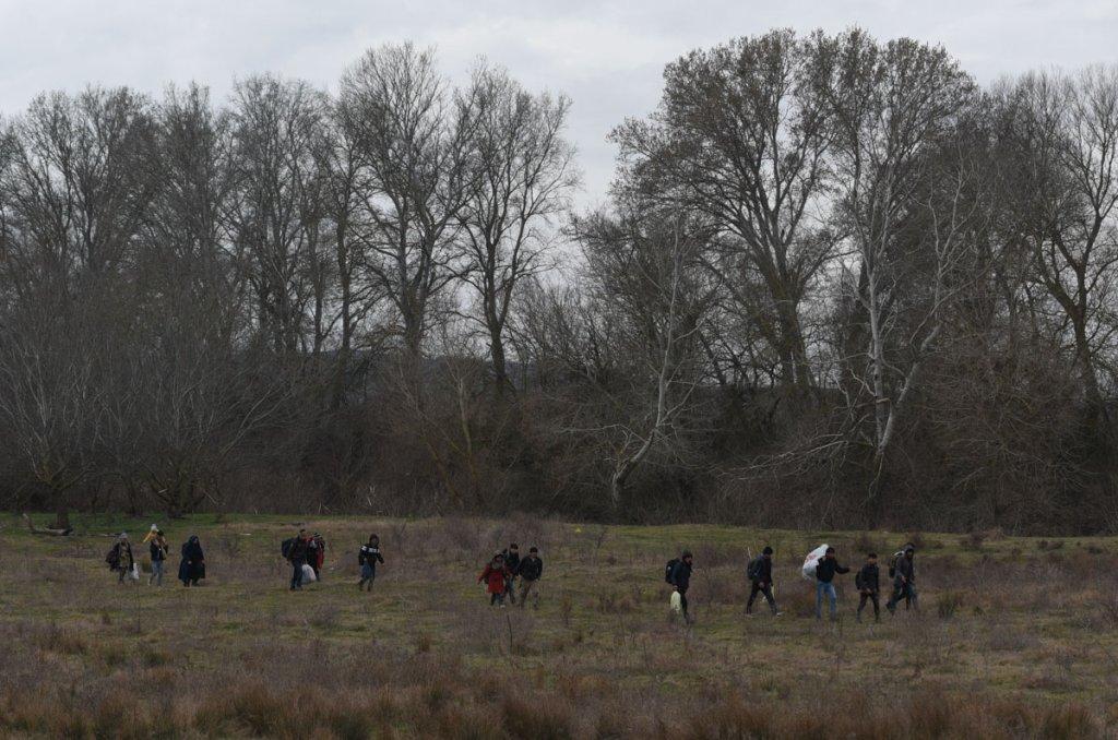 Un petit groupe de migrants coupent  travers champs au sud dEdirne Mehdi Chebil