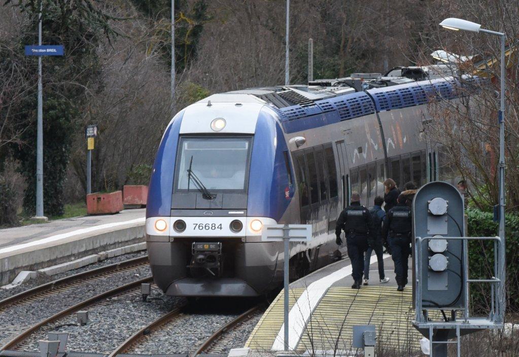 قوات من الشرطة الفرنسية تستعد لتفتيش أحد القطارات في منطقة لاروايا على الحدود مع إيطاليا/ مهاجر نيوز