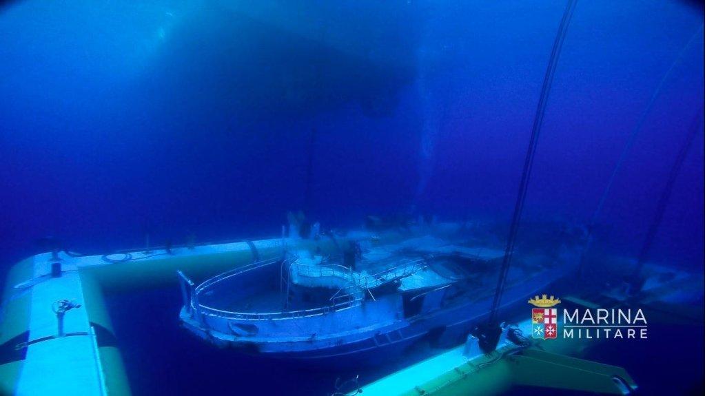 انتشال حطام قارب صيد غرق في عام 2015، وأسفر عن وفاة نحو 700 مهاجر، في أكبر حادث من نوعه في البحر المتوسط. المصدر: أنسا/ مارينا ميليتاري