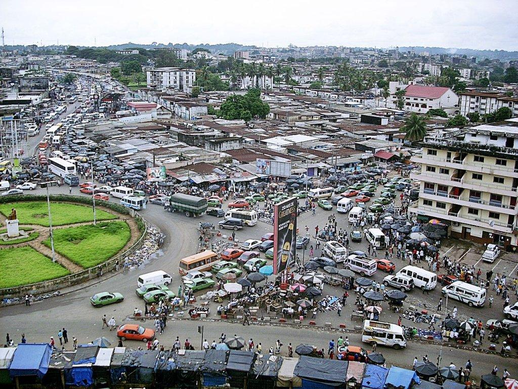 Une vue panoramique du rond-point de la liberté, dans le quartier d'Adjamé à Abidjan en Côte d'Ivoire. Crédit : Willy Stephane Awaho / flickr.com