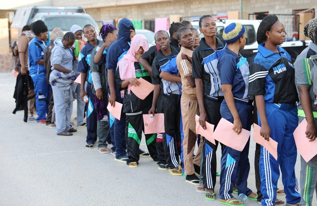 Image d'archives de migrants qui patientent avant leur retour volontaire dans leur pays, le 29 août 2017. Crédit : Reuters