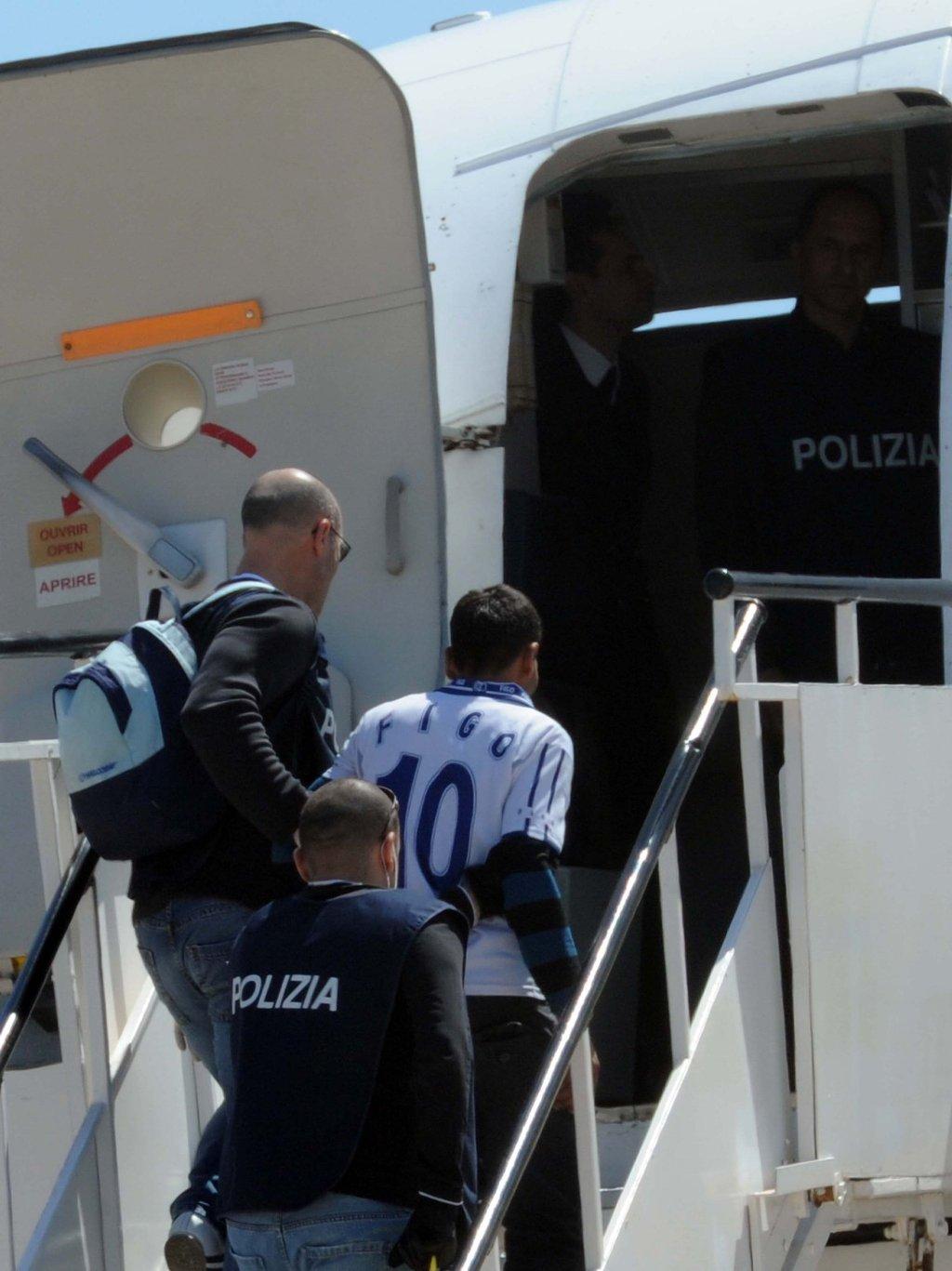 ANSA / إعادة مهاجرين على متن طائرة في لامبيدوزا بإيطاليا. المصدر: أنسا.