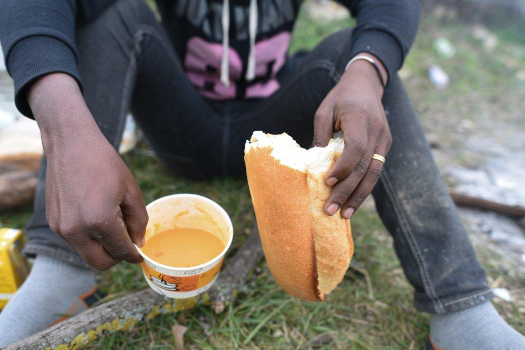 Moussa peut manger gratuitement grâce aux associations locales qui viennent distribuer de la soupe et du pain. Il n'a qu'une hâte : retourner à Istanbul. Crédit : Mehdi Chebil