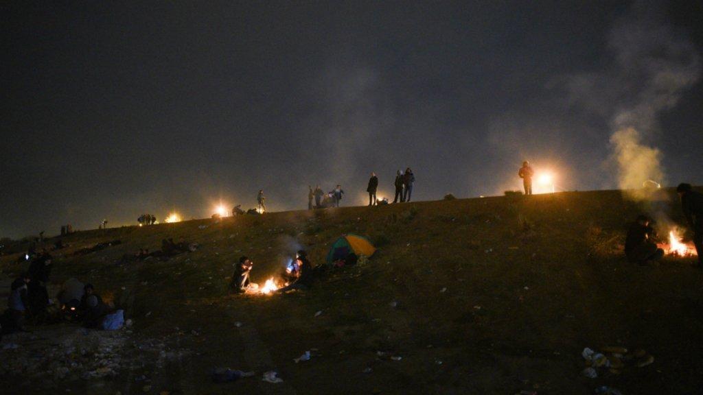 پولې ته نږدې شاوخوا ۲۰۰ مهاجر په دغه کمپ کې شپه سبا کوي. کرېډېټ: مهدي شبیل، کډوال نیوز