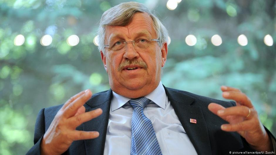 Walter Lübcke supported Chancellor Angela Merkel's decision to open Germany's borders to refugees fleeing war in Syria, a policy slammed by right-wing extremists | Photo:picture-alliance/dpa/U. Zucchi