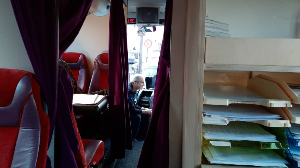 Pour plus dintimit des rideaux installs entre lalle et les siges du bus sont tirs durant les consultations des avocats avec les migrants Photo  InfoMigrants