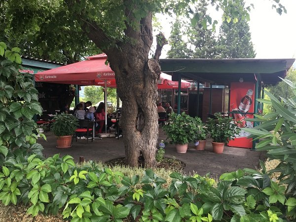 Le café en face du centre d'accueil. Crédit : InfoMigrants