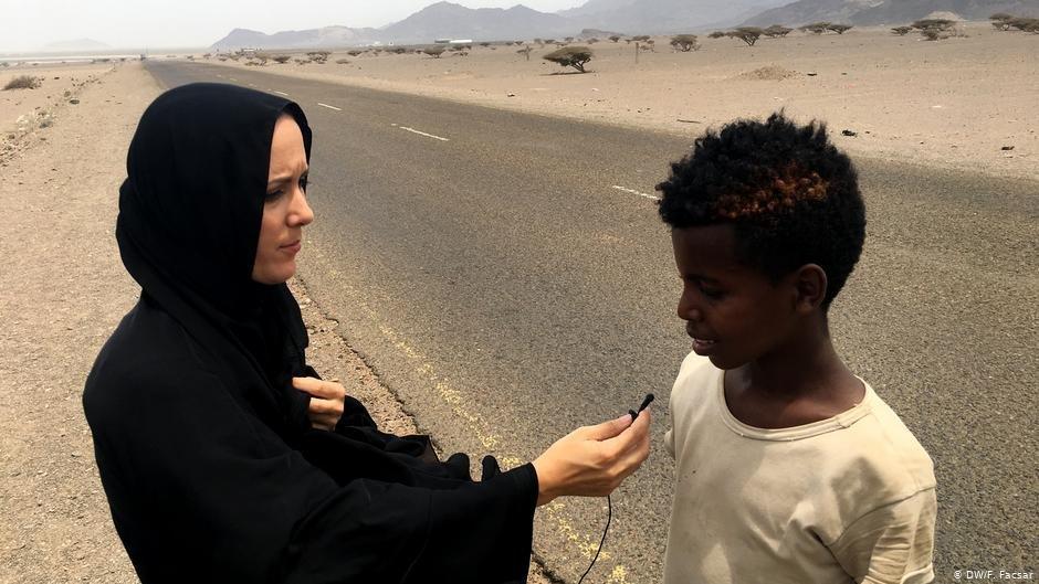 DW reporter Fanny Facsar talking to 13-year-old Saidu from Ethiopia in Yemen  Photo DWFFascar