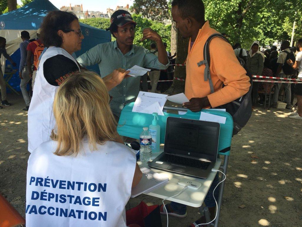 Des médecins reçoivent les migrants dans la clinique mobile de MdM. Crédit : InfoMigrants
