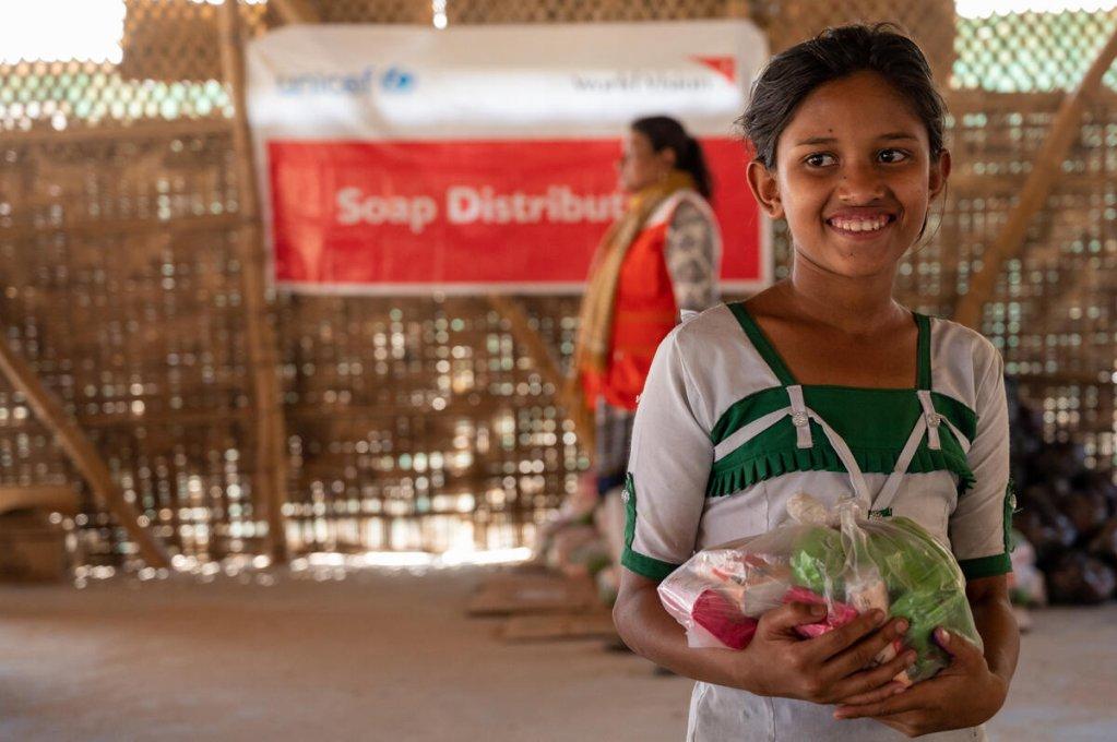 Une fillette réfugiée s'approvisionne en savons pendant la pandémie de coronavirus au camp de Cox's Bazar au Bangladesh. Crédit : Vision du Monde