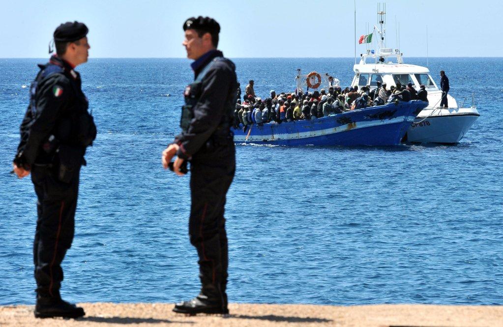 Ansa / أنقذت قوات حرس السواحل الإيطالية، حوالي 1400 مهاجر من الغرق في المتوسط