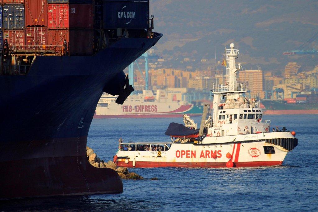 """ansa / سفينة """"أوبن آرمز"""" تصل إلى ميناء الجزيراس في جنوب إسبانيا، وعلى متنها 87 مهاجرا بعد إنقاذهم بالقرب من الساحل الليبي. المصدر: """"إي بي إيه""""/ كاراسكو راجال."""