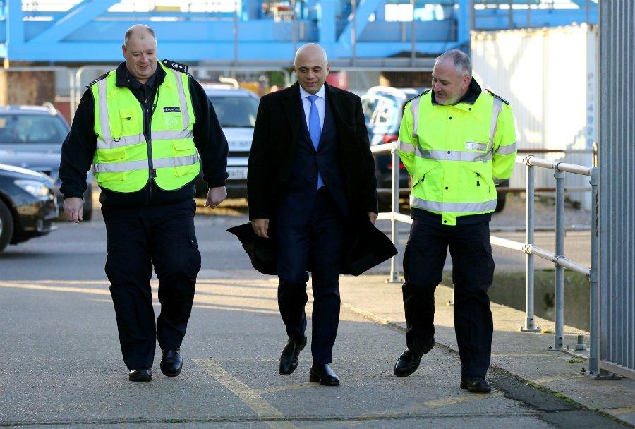 وزير الداخلية البريطاني، ساجد جاويد، حرس الحدود في دوفر| مصدر: رويترز