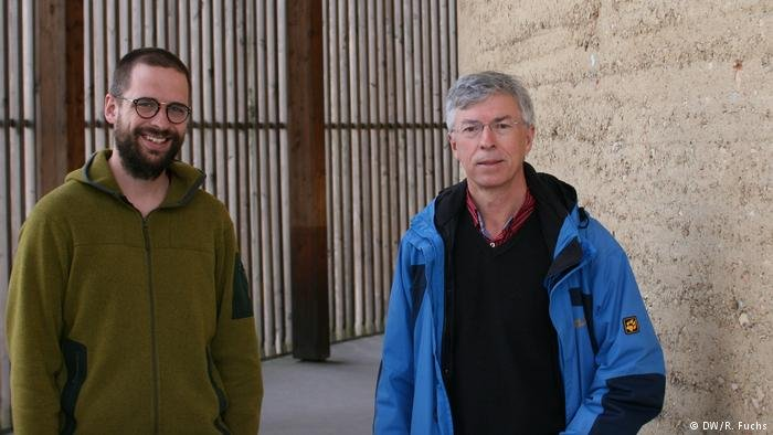 Lukas Pellio (left) und Father Thomas Jeutner