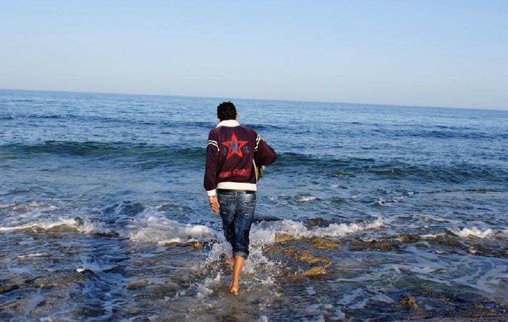 Un jeune Tunisien sur une plage de Zarzis, en Tunisie, en 2011. Crédit : InfoMigrants