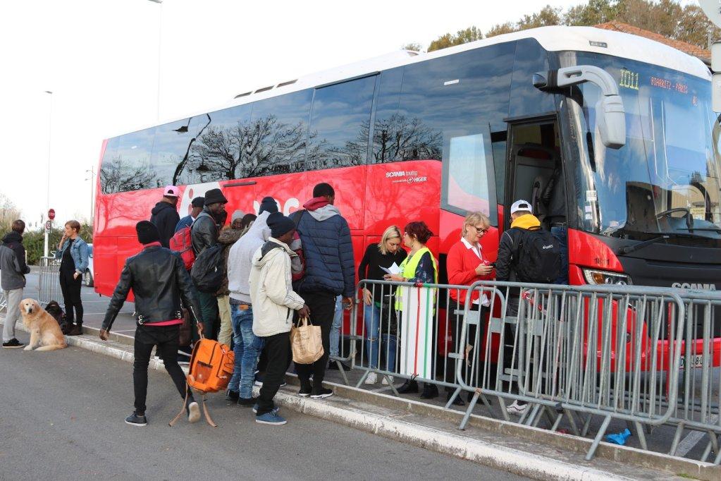Treize migrants originaires de Guine du Mali et du Cameroun embarquent  bord dun bus pour Paris aux abords du centre dhbergment Pausa de Bayonne le 29 novembre 2018 Crdit  InfoMigrants