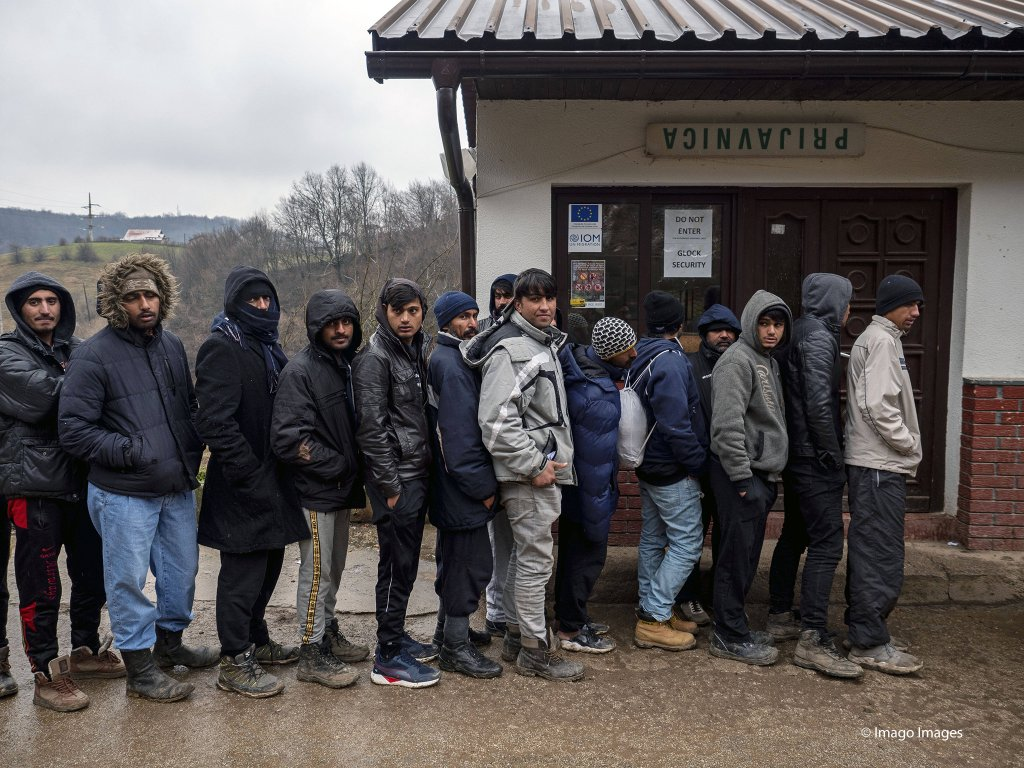 From file: Men queue up for registration at Usivak refugee camp near Sarajevo | Photo: Imago