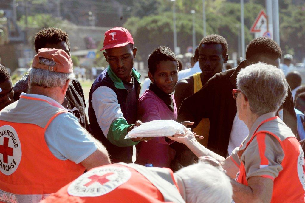ansa / مسعفون من الصليب الأحمر يساعدون المهاجرين على طول الحدود بين إيطاليا وفرنسا في مدينة فينتيميليا. المصدر: أنسا/ لوكا زينارو.