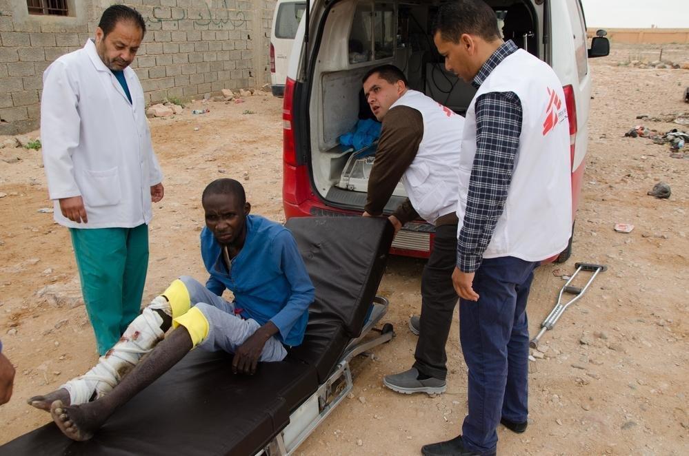 """مسعفون من منظمة """"أطباء بلاحدود"""" ينقلون مريضا من بني وليد إلى أحد المراكز الصحية. المصدر: كريستوفي بيتو/ منظمة """"أطباء بلا حدود""""."""