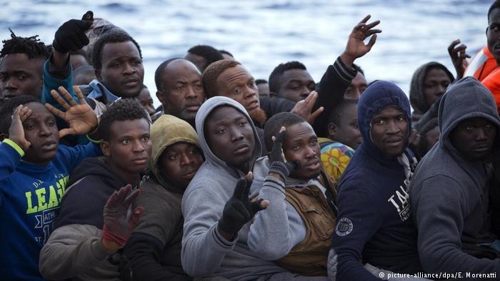 picture-alliance/dpa/E. Morenatti |صورة من الأرشيف لمهاجرين على متن مركب مطاطي.