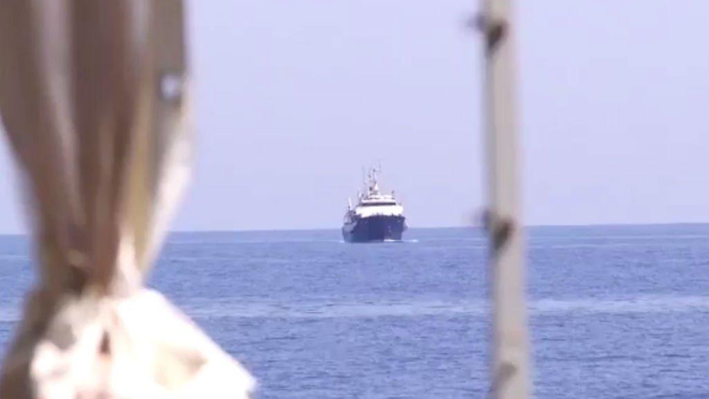 Le C-Star, samedi, en mer Méditerranée, filmé depuis l'Aquarius. Crédit : Paco Anselmi