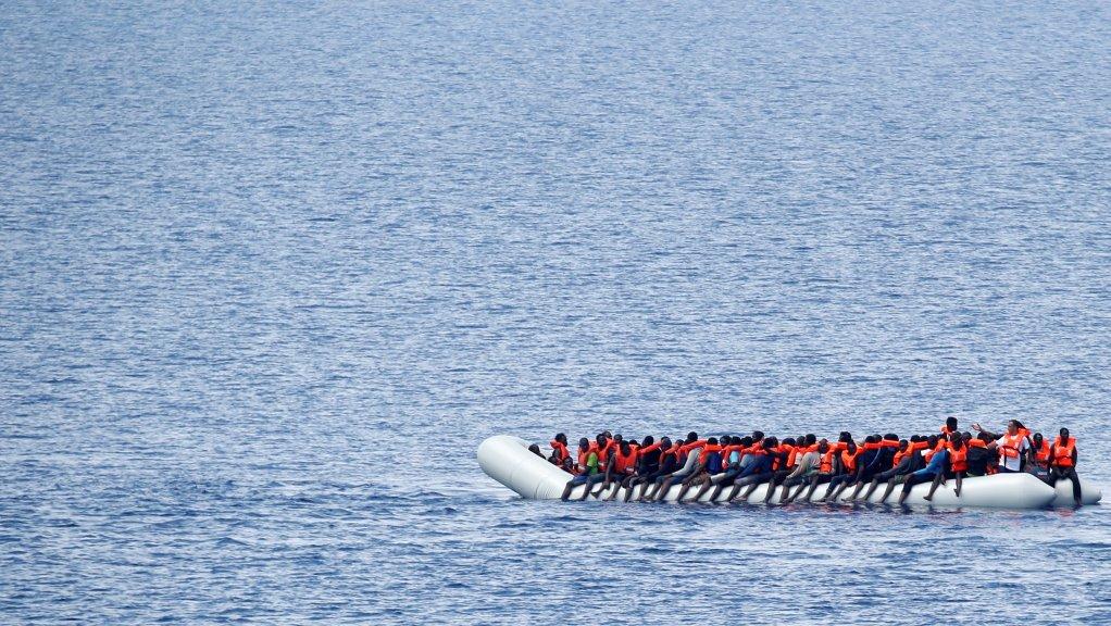 Image d'archive d'une embarcation de migrants attendant d'être secourus par l'ONG Save the children, le 18 juin 2017. Crédit : Reuters