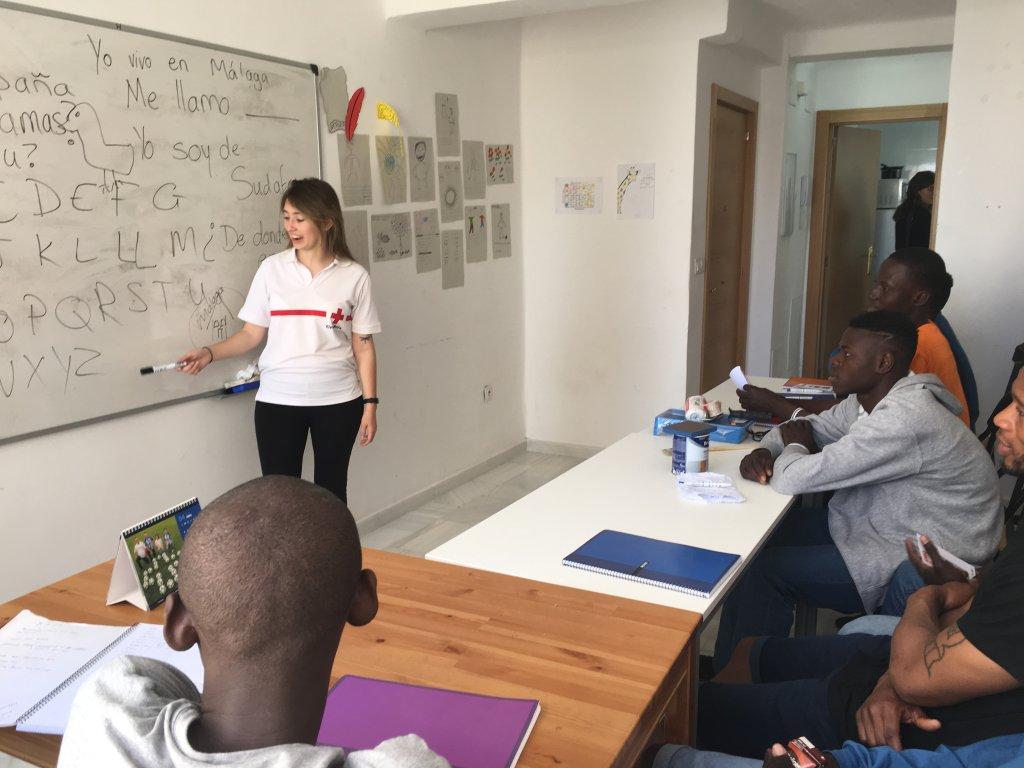 مهاجرون يتعلمون اللغة الإسبانية بمقر الصليب الأحمر في ملقا/ بوعلام غبشي