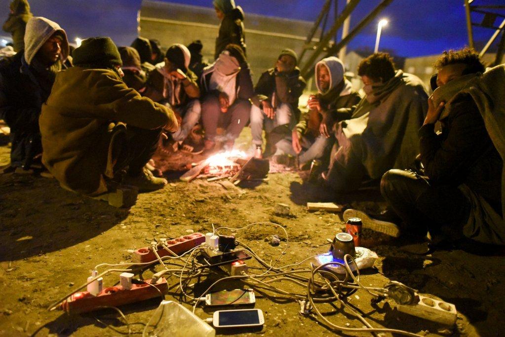 پناهویان در شهر کاله در حال چارج تیلفون های موبایل شان، عکس آرشیف از مهدی شبیل