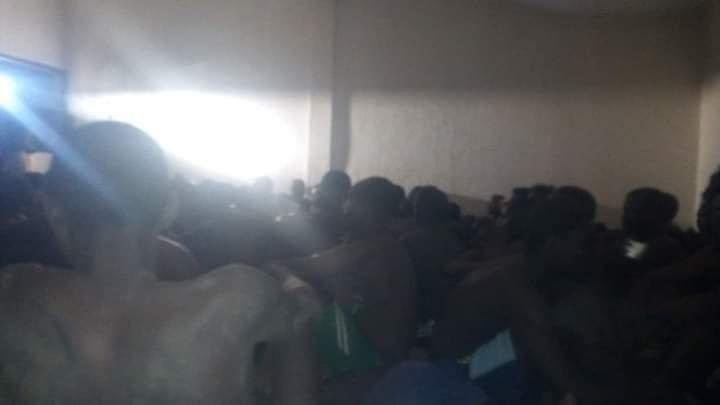Des dizaines de demandeurs d'asile sont entassés dans des cellules, sans eau ni nourriture, selon plusieurs migrants ayant transmis des photos à notre rédaction. Crédit : DR