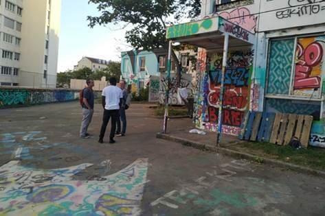 Les habitants du quartier de la Croix-Rousse sont nombreux à passer soutenir les migrants du squat.