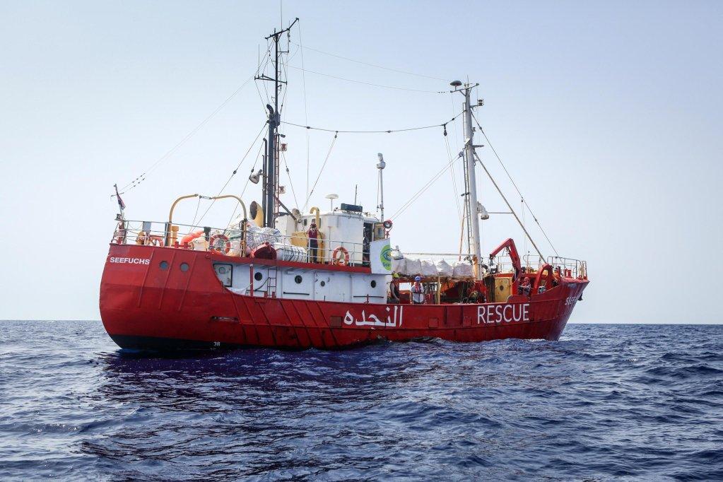"ansa / السفينة ""سيفتشس"" خلال تنفيذها عملية إنقاذ في البحر المتوسط بالقرب من السواحل الليبية. المصدر: كريستيان ماركوارديت/ منظمة ""سي أي""."