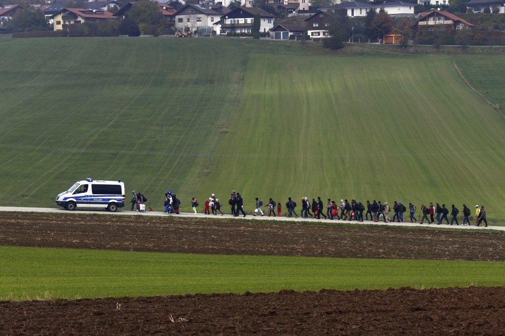 Des migrants sur une route allemande. Crédits photo : Reuters