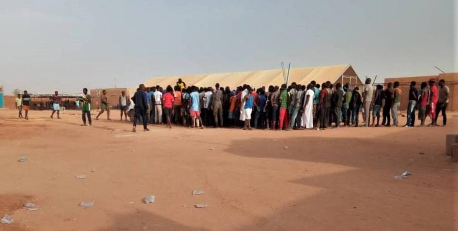 Capture d'écran du compte Facebook de l'OIM Niger montrant des migrants dans la ville d'Assamaka, au Niger.