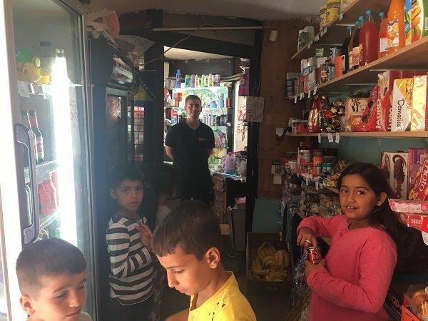 Dans l'unique mini-supérette en face du centre, les enfants achètent des glaces. Crédit  InfoMigrants